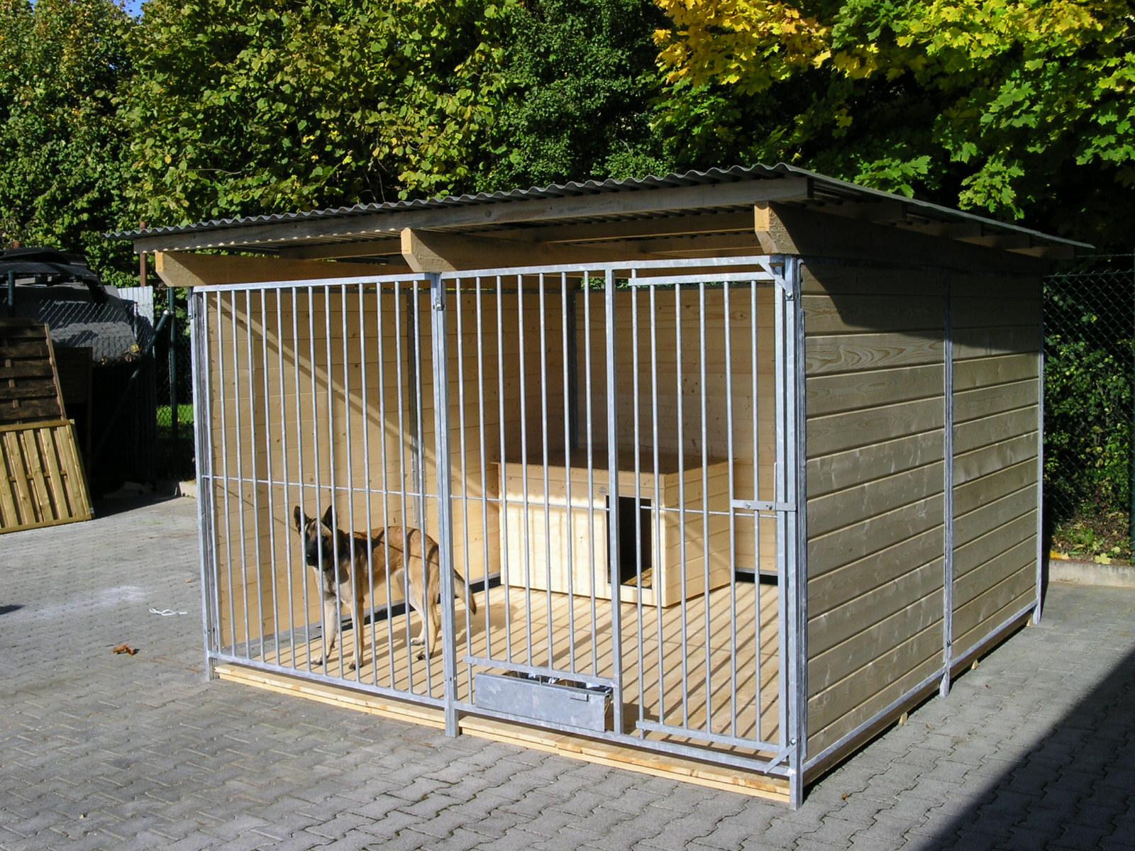 Sonderserie Zwinger 3x3 m 3-seitig geschlossen, naturbelassen, Rohrstab, mit Zusatzausstattung gegen Aufpreis: Holzboden, Hundehütte und ausschwenkbares Futterset