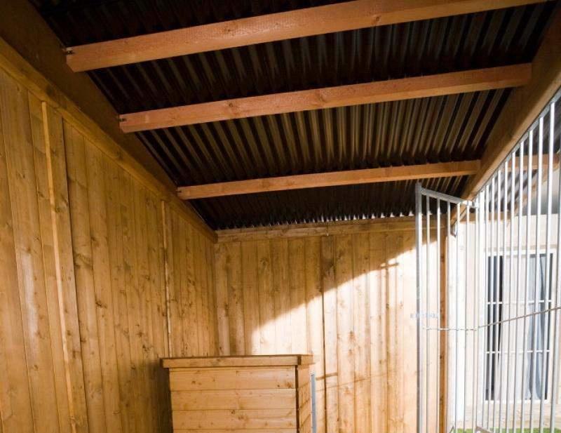 Holzzwinger Villa braun, Beispiel Innenansicht mit Zubehör Hundehütte