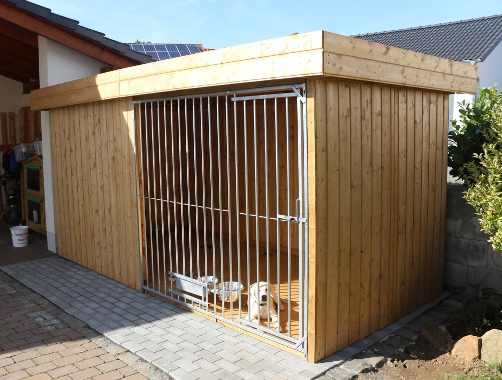 Villa Holz-Hundezwinger 2 x 4 m | Flachdach | braun | Rohrstab Abstand 8 cm